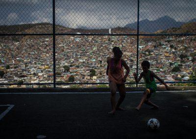 Futebol na favela do complexo da Penha, no Rio de Janeiro. FOTO: LUCAS UEBEL